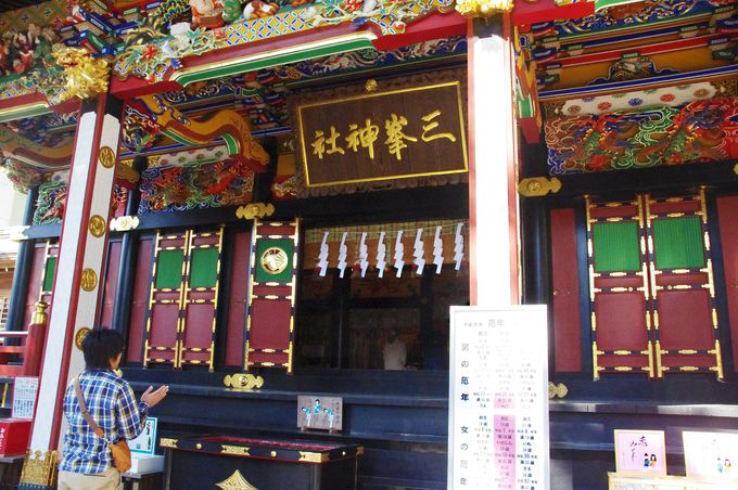 """""""神気""""漂う、三峯神社の本殿で開運祈願を"""