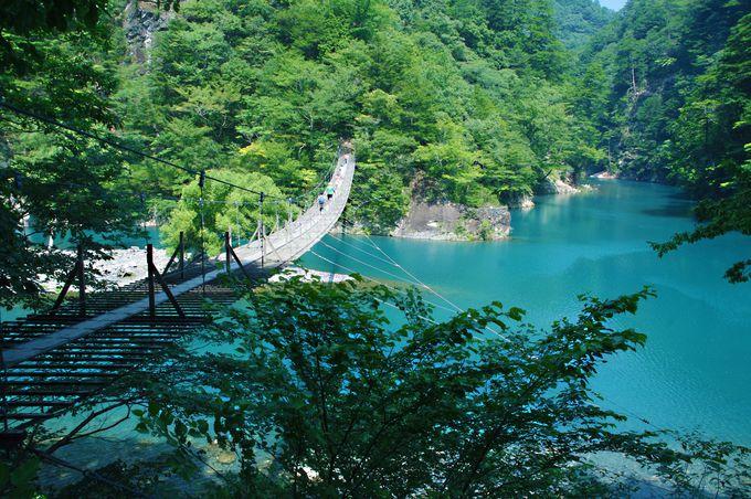 辺り一面、ターコイズブルー!山も湖も美しく幻想的な「夢の吊橋」