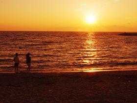"""オレンジ色の夕陽に包まれる!愛知『りんくうビーチ』は潮の香り漂う、夕陽の""""穴場""""絶景スポット"""