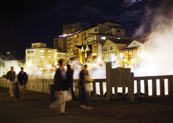 夜になるとライトアップされ、湯畑は幻想的な雰囲気に!