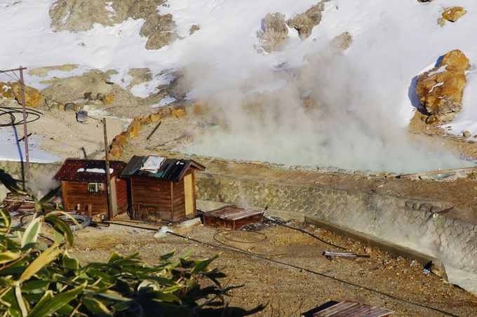荒々しい山肌から湧き出す、源泉を眺められる!