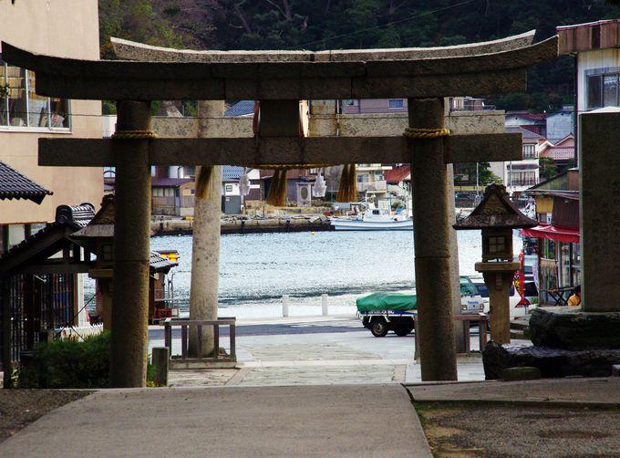 潮風に身も心も癒される。港の奥に佇む「美保神社」