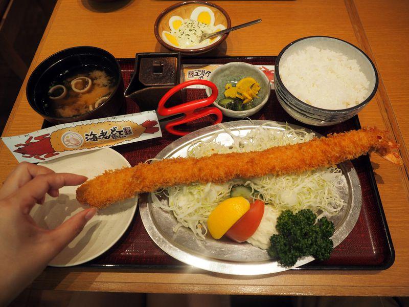 皿からはみ出す!世界一大きい35cmの「特大海老ふりゃ〜」
