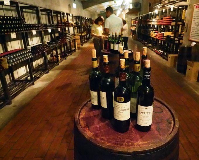 地下にあるワインカーブ(貯蔵庫)で好きなワインをテイスティング