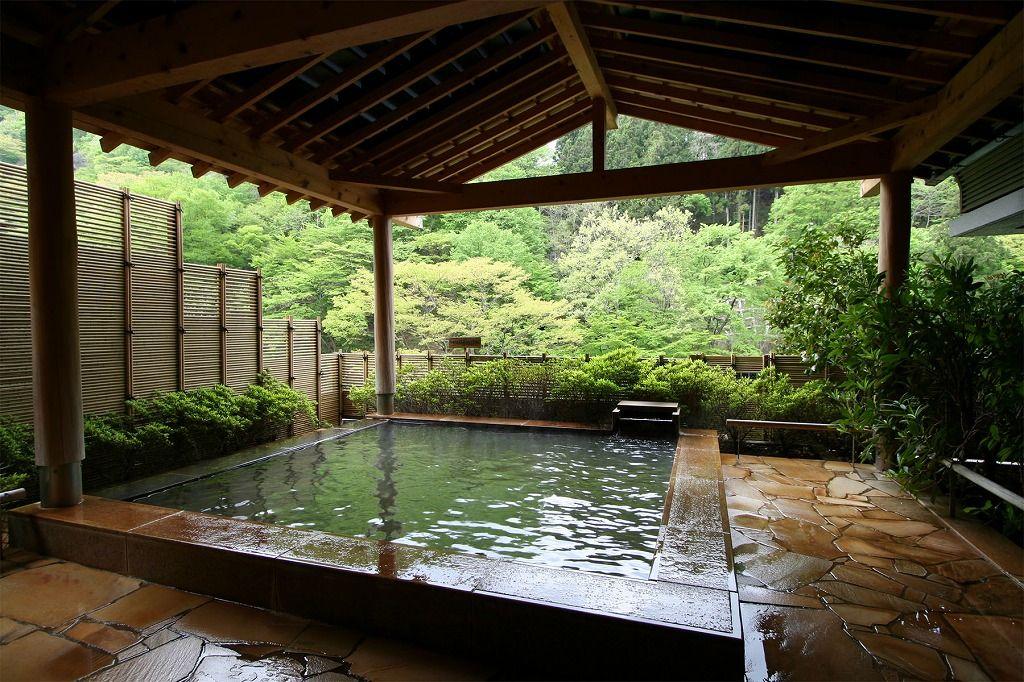 山の緑で癒やされる!絶景露天風呂
