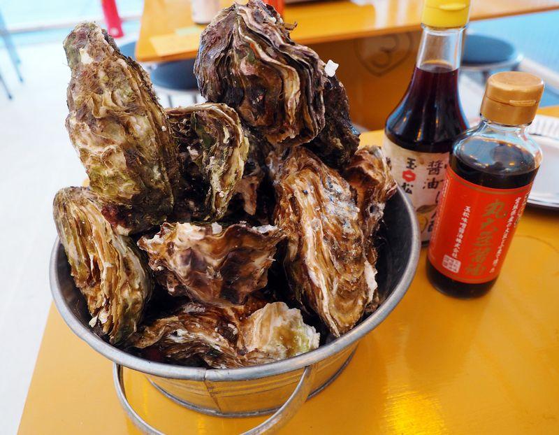 東京駅近くにカキ小屋出現!豪快に楽しむ「宮城牡蠣の家」が大人気!