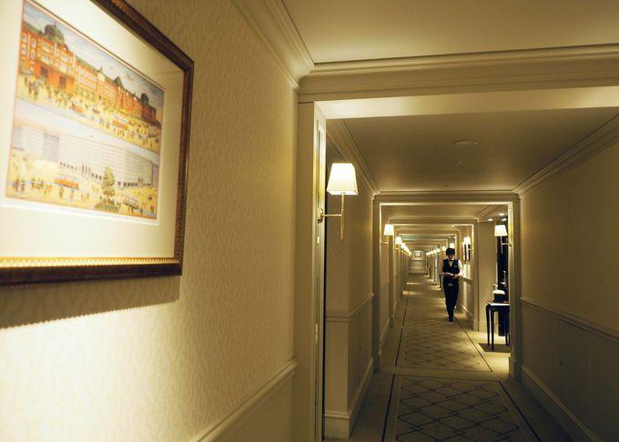 ギャラリーも兼ねる、列車のように長い廊下