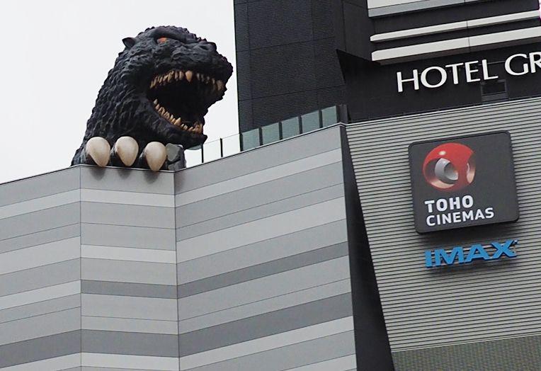 歌舞伎町の新名所!突如出現した、実寸大ゴジラ