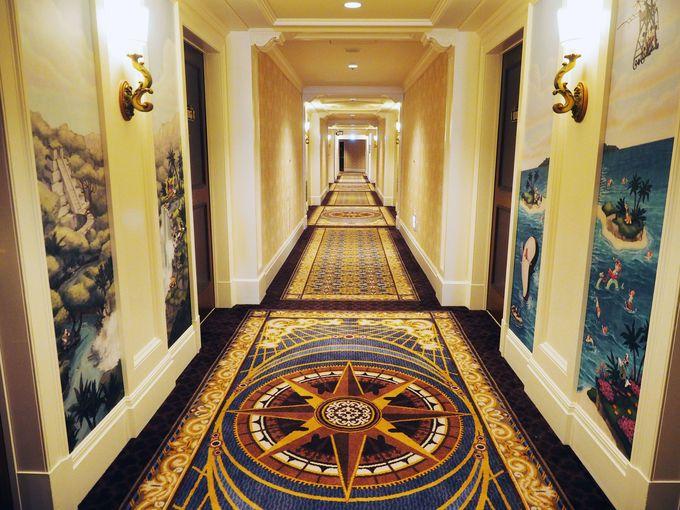 ミッキー船長が冒険するシーンが描かれた客室廊下
