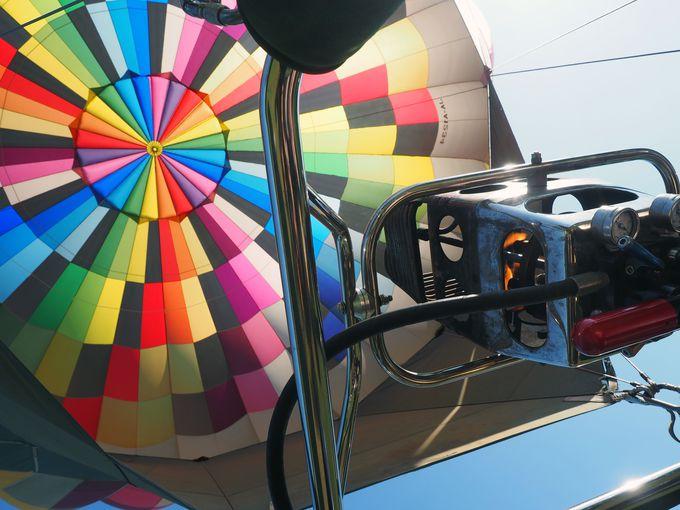 熱気球に乗ったら、上も見上げてみよう!