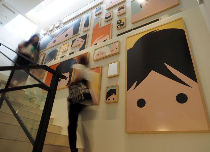 フランスの有名アーティストの作品も楽しめる店内
