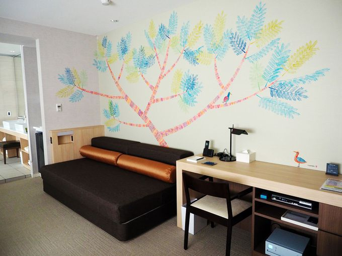 【712号室】熱海の新名物ジャカランダの木と鳥が壁いっぱいに!