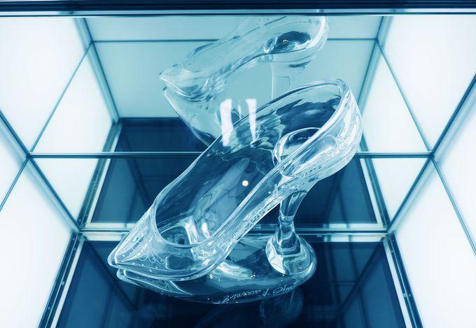 大階段には、シンデレラが置き忘れたガラスの靴が…!