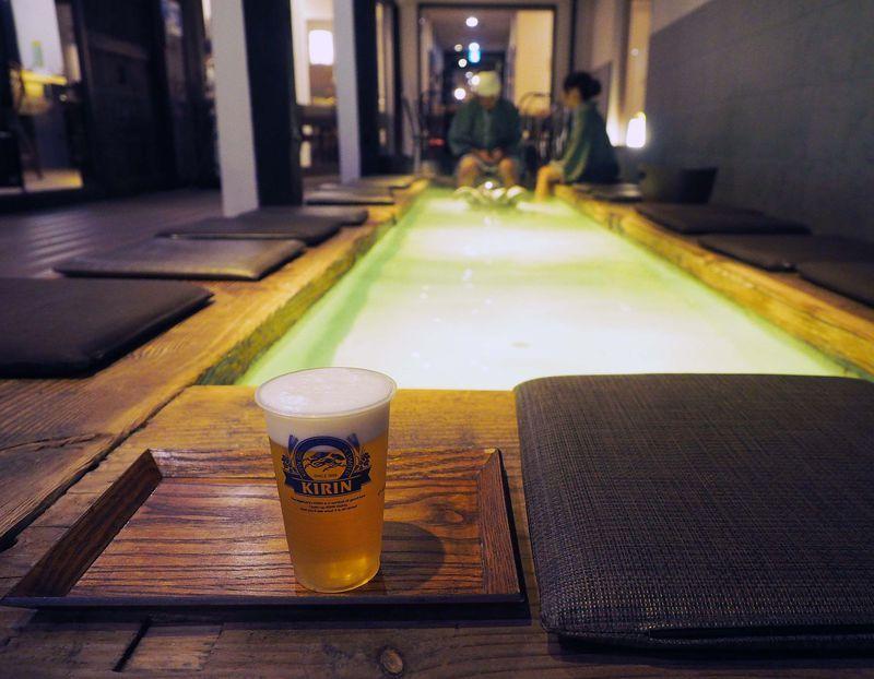 足湯でかんぱ〜い!! 草津温泉「湯畑 草菴」は素泊まり専用宿なのに満足度が凄い
