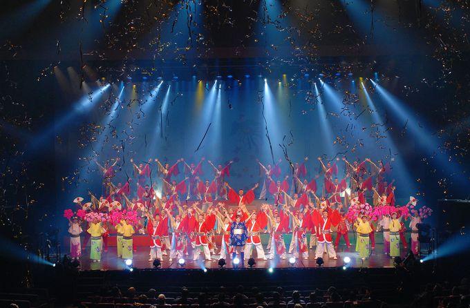 フィナーレは、約100名のよさこいダンサーによる大迫力の創作演目