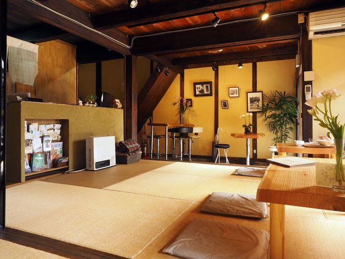 畳敷きのカフェも兼ねた、ほっと和む館内