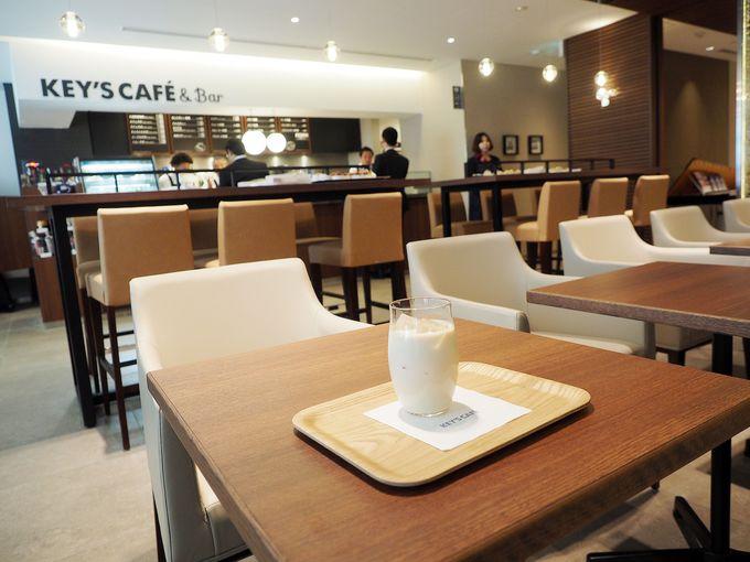 コーヒーやちょい呑みできるカフェ&バーが併設
