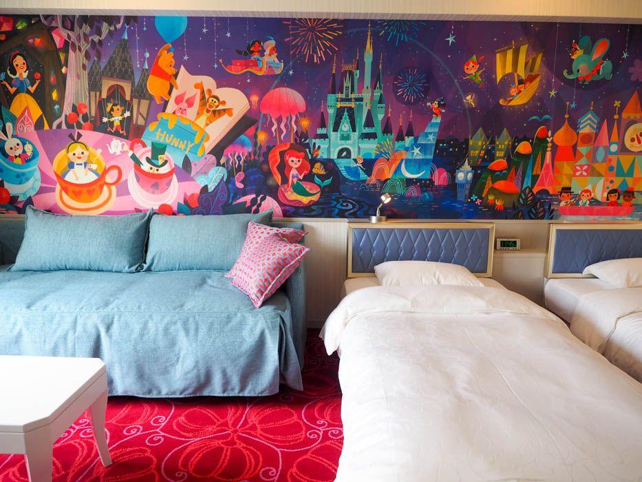両パークのキャラクターが描かれたファンタジーな客室