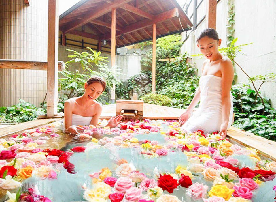 バラに囲まれて女優気分!ロマンチックなバラ風呂