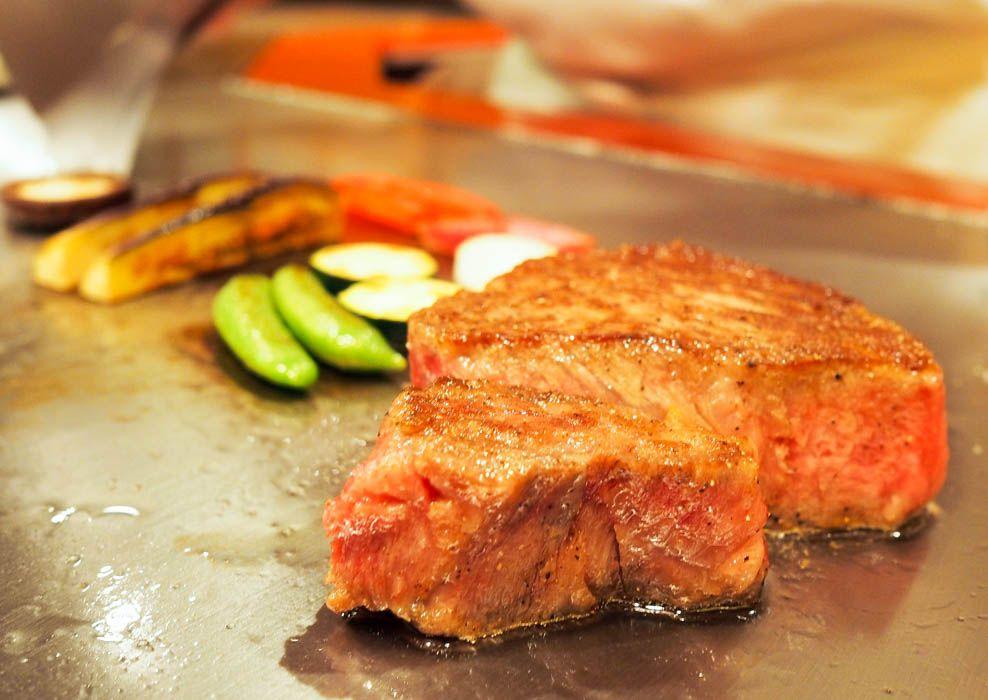 夜はガッツリ。ディナーは黒毛和牛のステーキコース