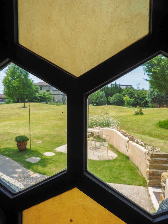 蜂の巣モチーフの窓から見えるのは…