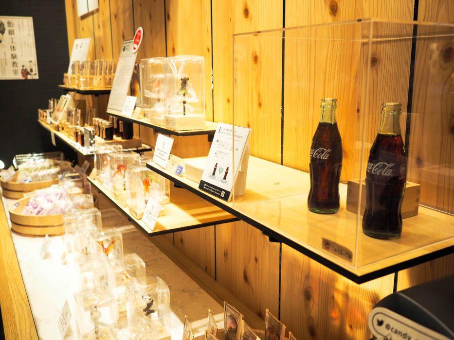 ユニークな展示。本物のコーラはどっち?