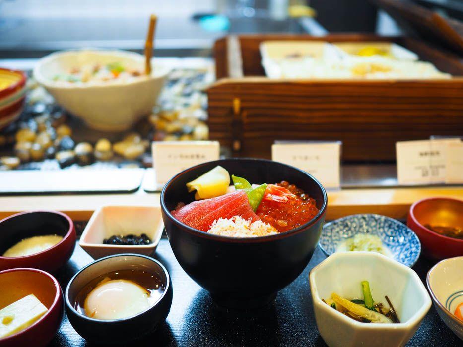 朝食も豪華!海鮮丼や小鉢類が食べ放題