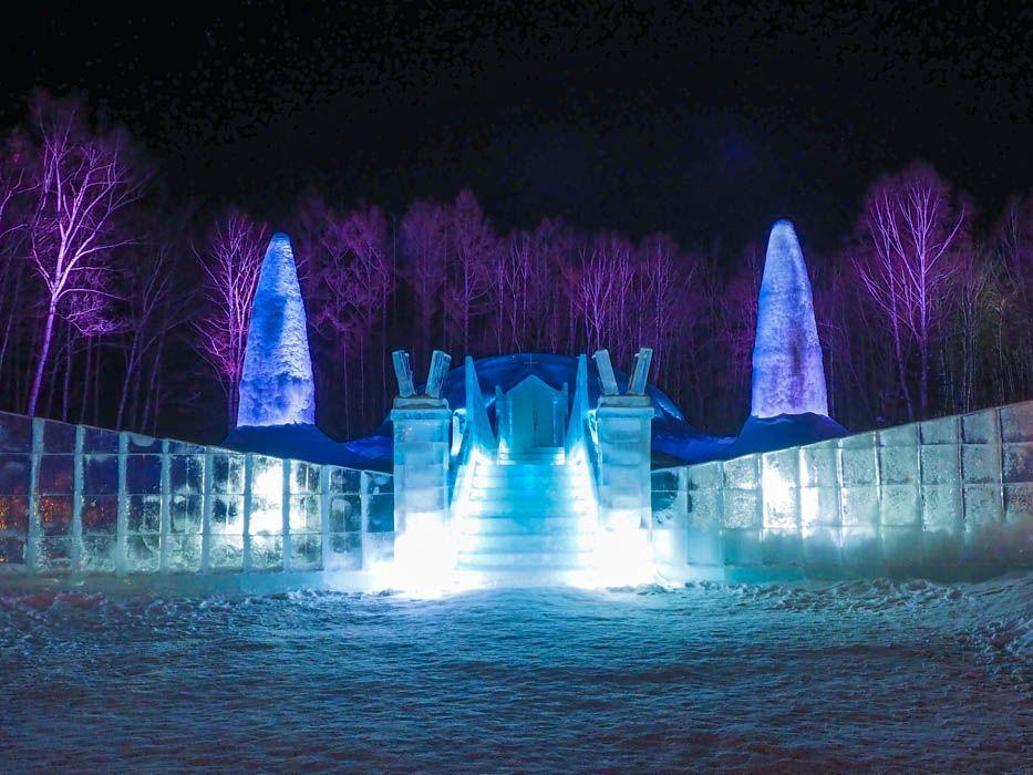 冬の1カ月間だけ姿を現す「氷の教会」