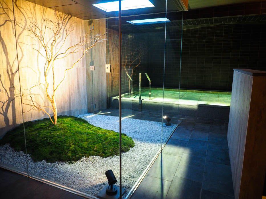 窓のない地下室で太陽光を再現した大浴場