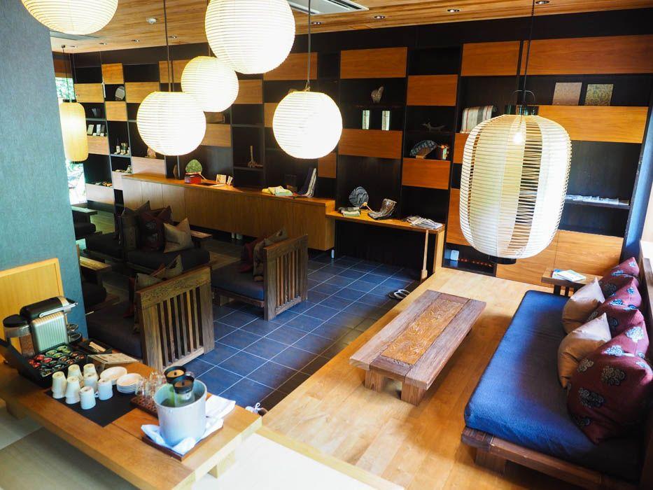 空中茶室、快適で動けないソファがあるラウンジ