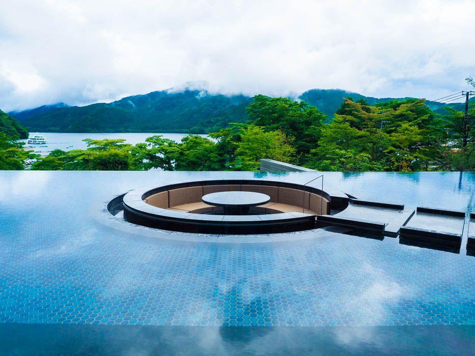 吸い込まれそうな絶景!芦ノ湖を一望する水盤テラス
