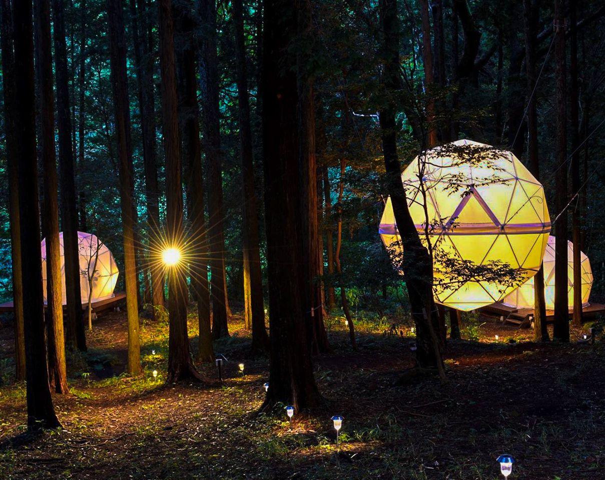 4.光る球体テントで眠れる!「INN THE PARK」/静岡県