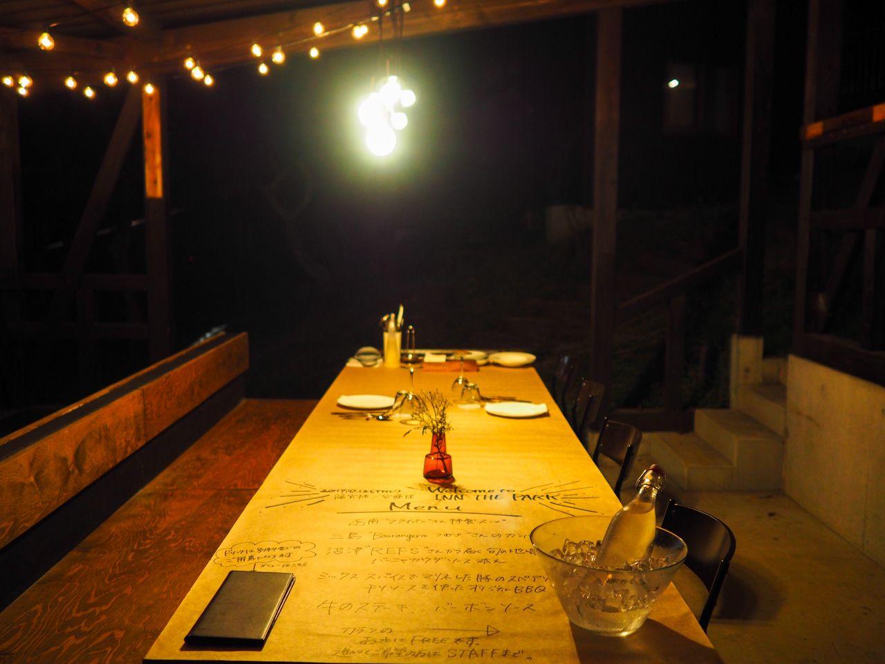 森の中のレストランで優雅なディナーを