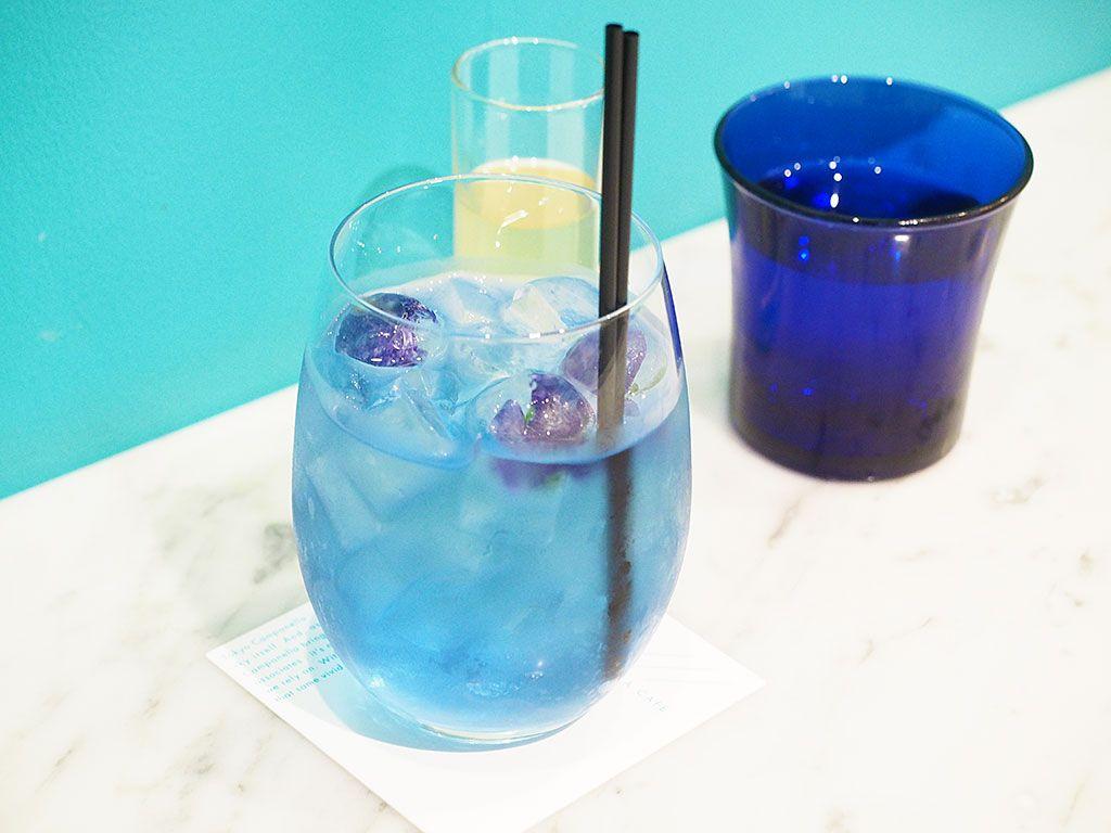 ドリンクの人気は、色が変わるブルーレモネード