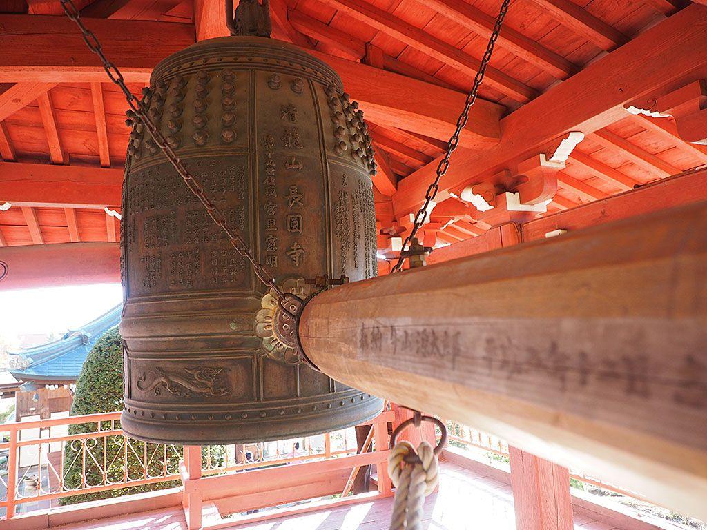 これが「長円寺」の真っ赤な紅葉トンネル