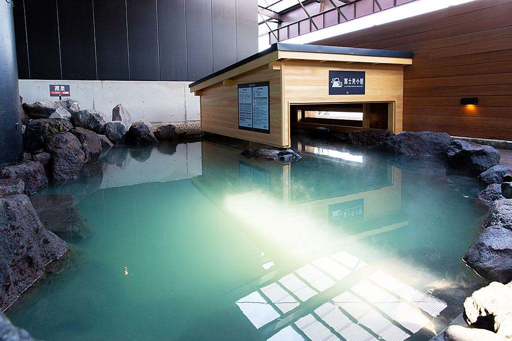 のぞける富士山?新感覚の露天風呂