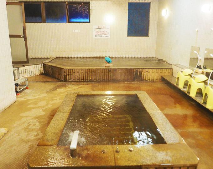 黄金色の湯があふれ出る、唯一無二の町中秘湯