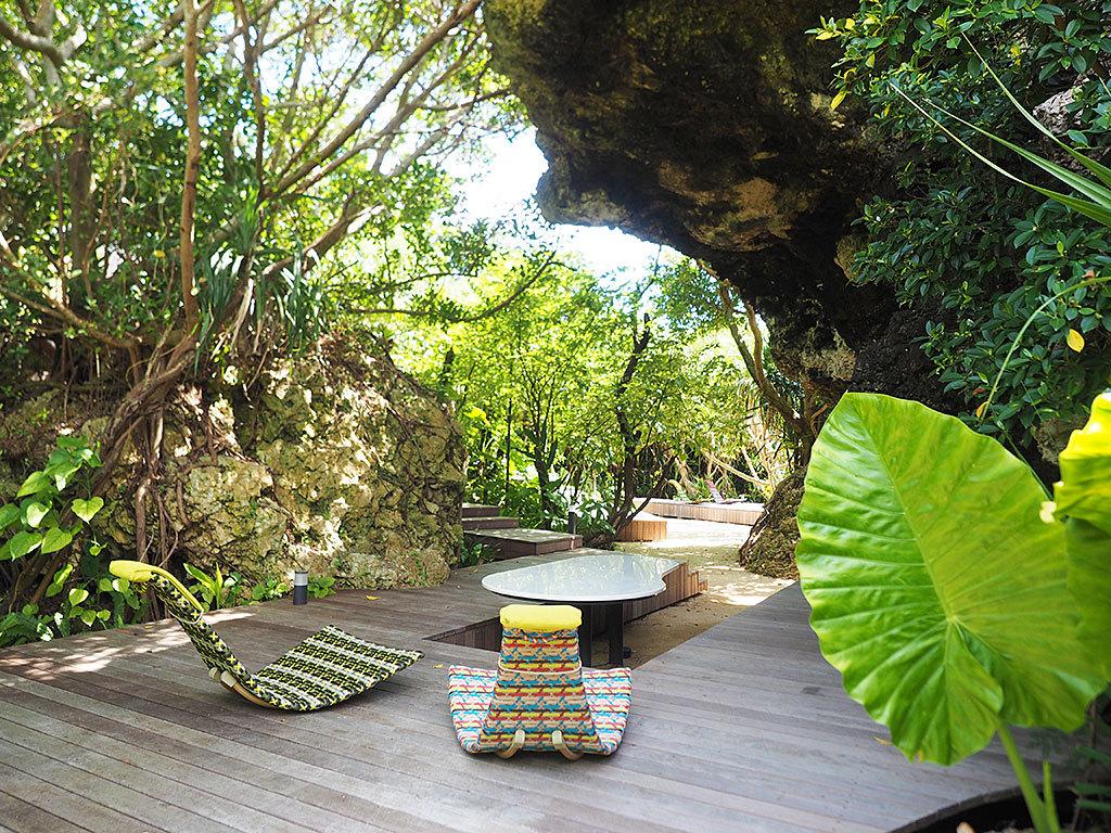 ワイルドな大自然に囲まれた「岩場のテラス」