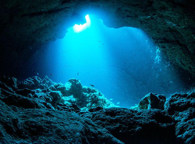 静かな洞窟で、エメラルドの海に浸りたい!