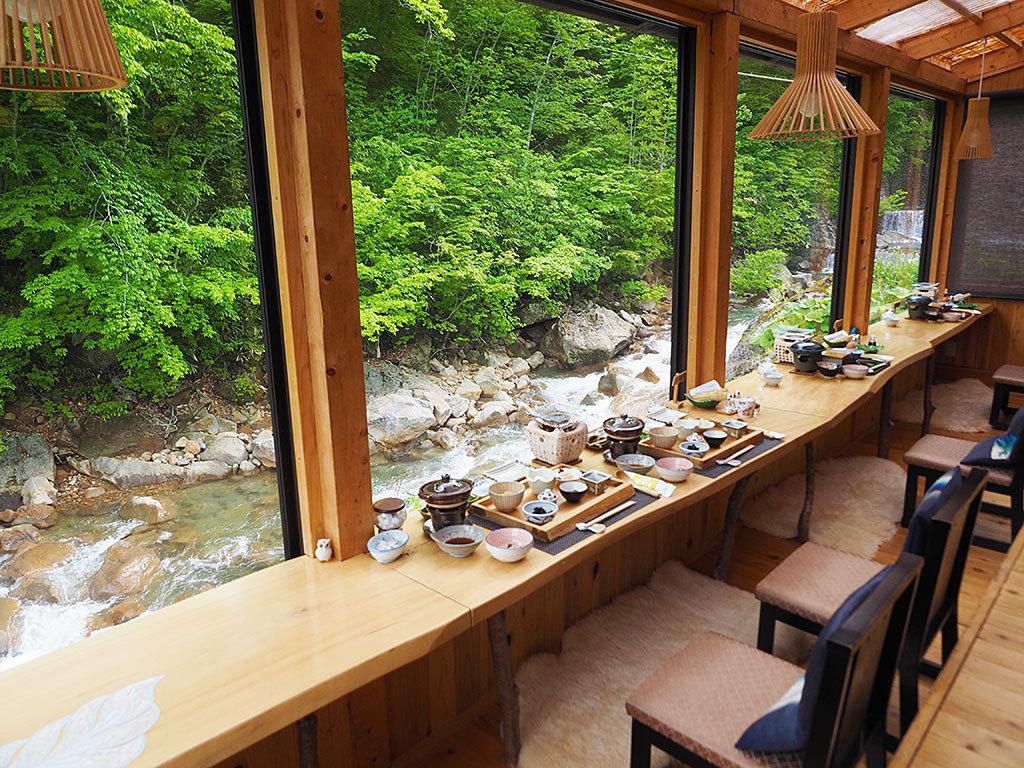 川の流れに癒される、絶品朝食