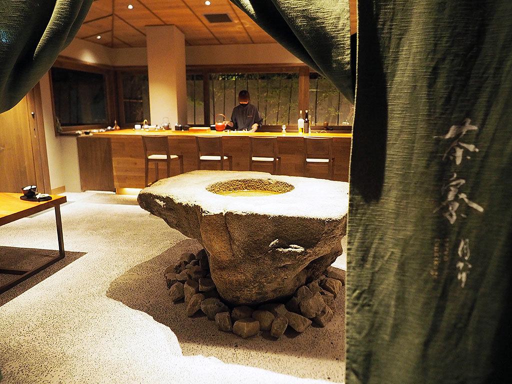 夜はバーに。しっとりオトナの時間を楽しめる茶寮