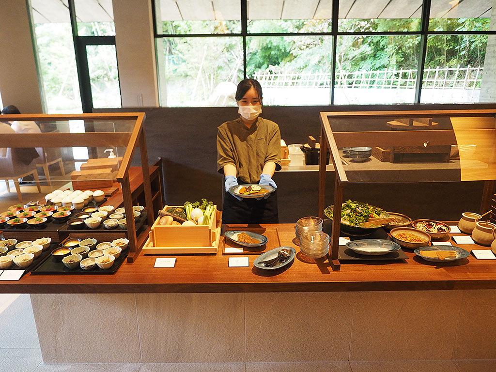 お膳+ブッフェスタイルの朝食