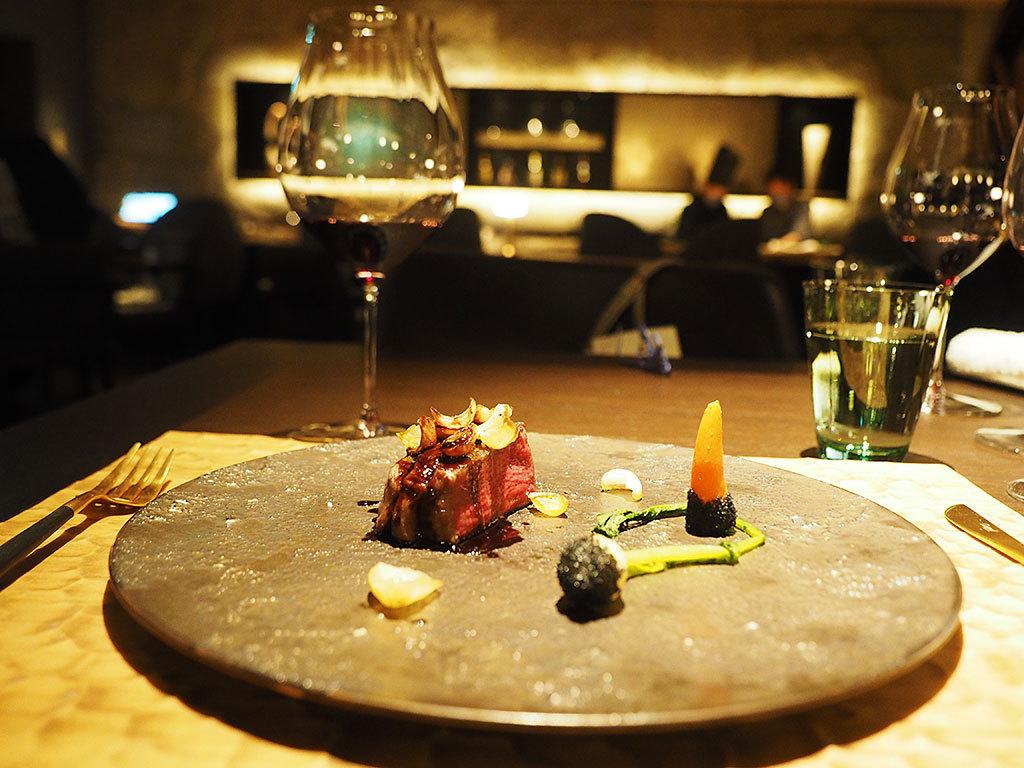夜はフレンチのコース料理で美味しい別世界へ