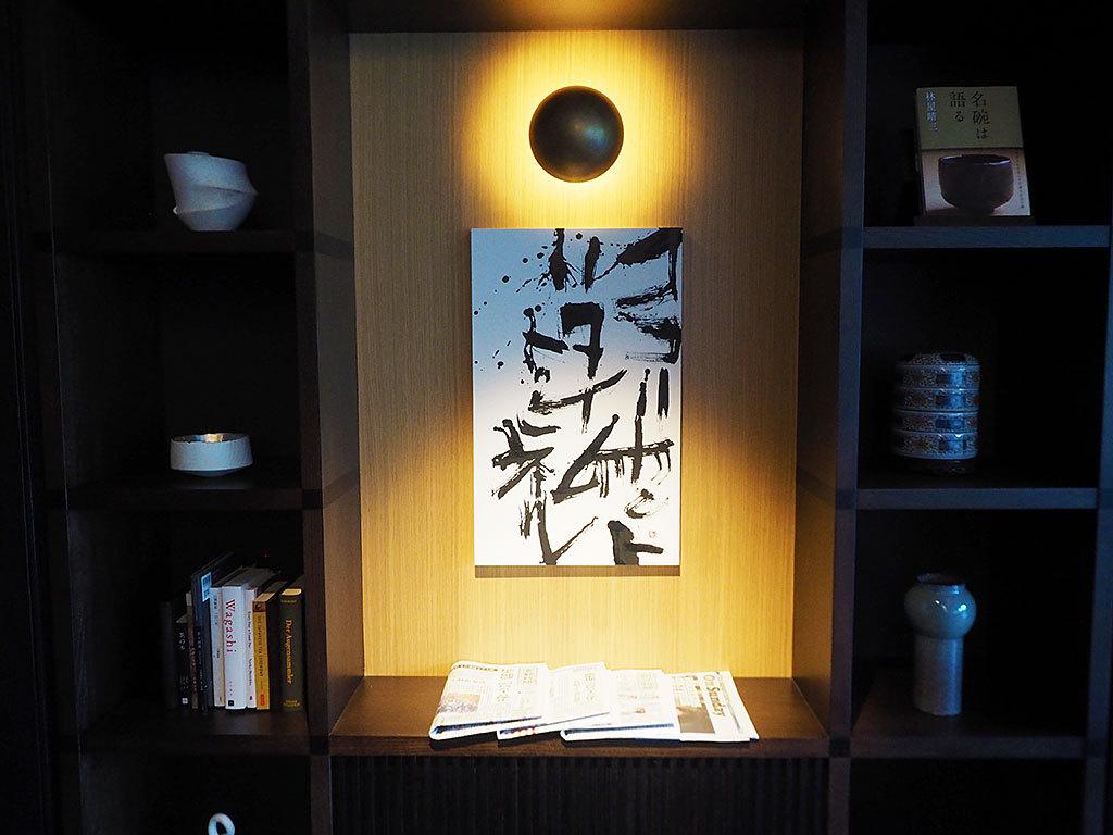 アート作品を眺めて館内でタイムトラベル