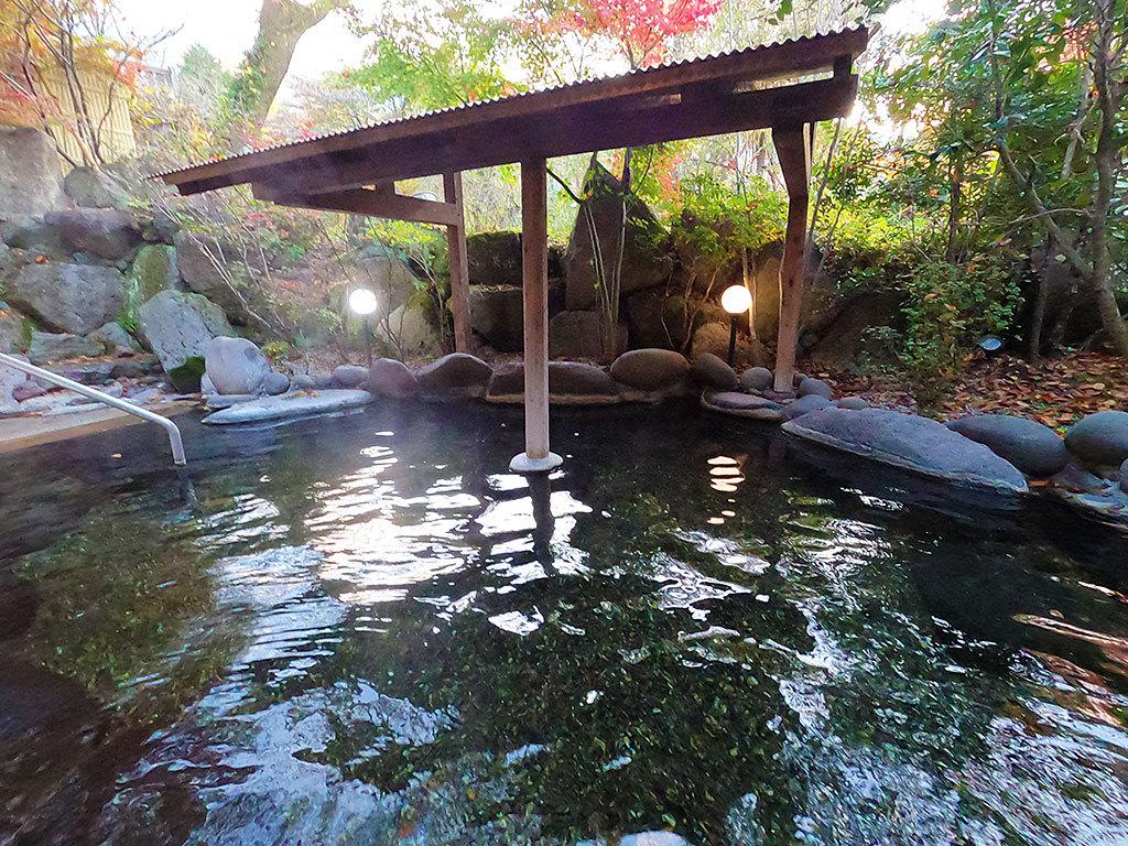 温泉と緑に包まれ、まどろむ朝