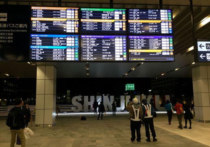 空港の出発ロビーを思わせる大きな電子案内板