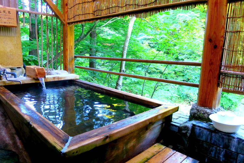 渓流のせせらぎを聞く露天が極上!新潟「裏五頭山荘」