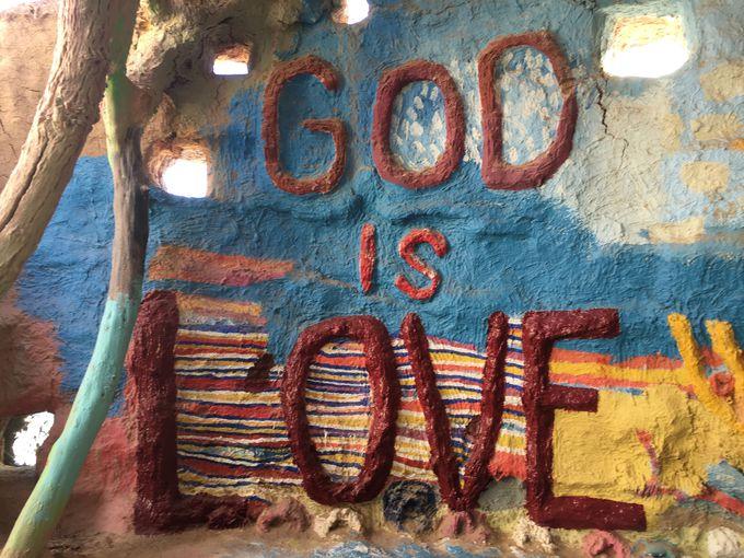 大きな「God is Love」の文字前は恋人たちの聖地?