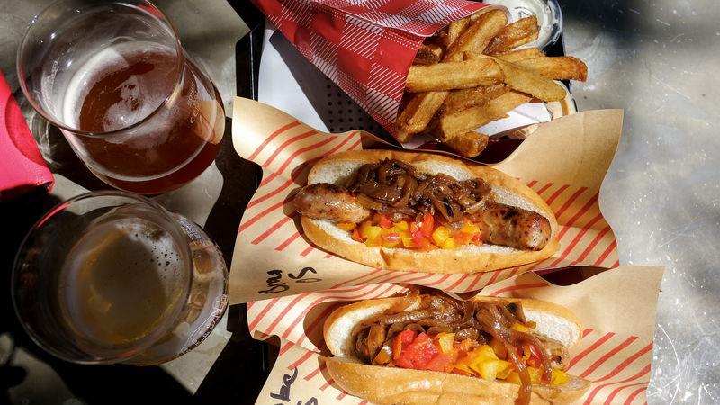 LA「ヴェルスクーガー」のガラガラヘビのホットドッグは絶品!