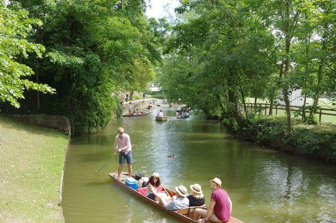テムズ川のほとりでボート遊び